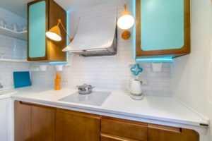 Фартук из стекла с подсветкой — 20 реальных фото скинали в интерьере кухни