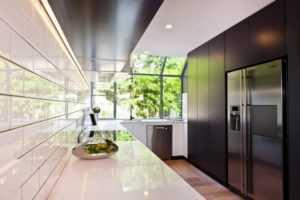 Подсветка стеклянного фартука на кухне светодиодной лентой: плюсы и минусы