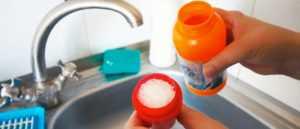 Запах из раковины на кухне: как устранить в домашних условиях, почему пахнет канализацией и что делать