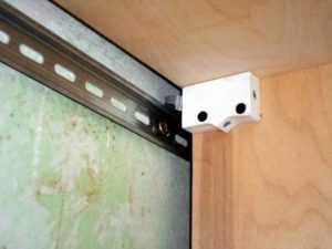 Подвес для кухонных шкафов: крепление на планку, навесы для настенных шкафов на кухне
