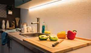 Светодиодный светильник под шкафы на кухню — подсветка рабочей зоны в помощь хозяйке- плюсы и минусы