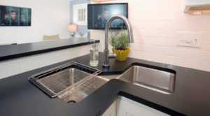 Угловые кухни с мойкой в углу - 35 фото идей по выбору и размещению