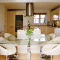 Дизайн кухни со стеклянным столом — универсальные идеи для интерьеров любой планировки