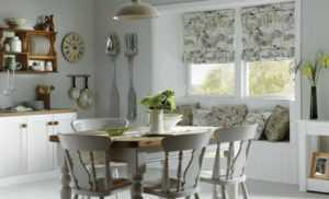 Карниз для кухни - фото потолочного и настенного и металлического карниза с балконной дверью