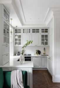 Кухня с двухуровневыми верхними шкафами угловая