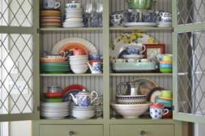 Шкаф для посуды: 100 фото простых и стильных идей украшения кухни