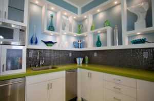 Открытые полки на кухне: 75 примеров полок в интерьере на фото