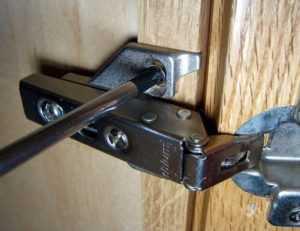 Как отрегулировать петли на дверцах кухонного шкафа: регулировка дверей шкафа на кухне