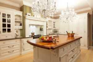 Люстры для кухни 2021 (91 фото): кухонные светильники от Tiffany в интерьере, красная кухня в стиле классика