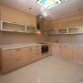 Фартук из дерева на кухню (19 фото): правила монтажа плитки под дерево на белой кухне
