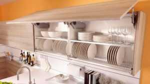Шкафы для посуды на кухню (43 фото): кухонные напольные витрины со стеклом, навесные и угловые модели, отдельно стоящий высокий посудный шкаф
