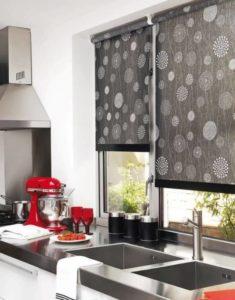 Как выбрать рулонные шторы на кухню по цвету, рисунку и материалу