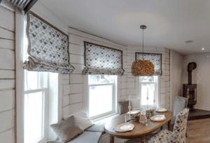 Дизайн штор, занавесок, гардин для маленьких окон в деревянном (бревенчатом) доме для кухни, гостиной и спальни